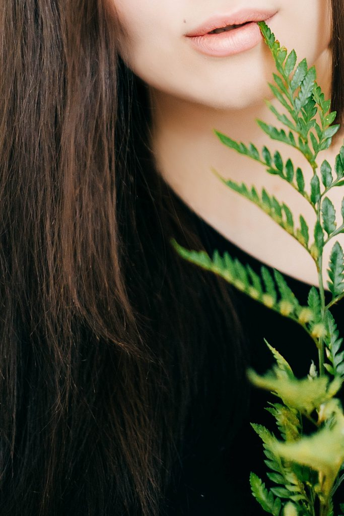 Naturalne ekstrakty z roślin w maściach na trądzik mają działanie nawilżające i łagodzące.
