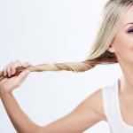 blondynka trzyma zwinięte włosy